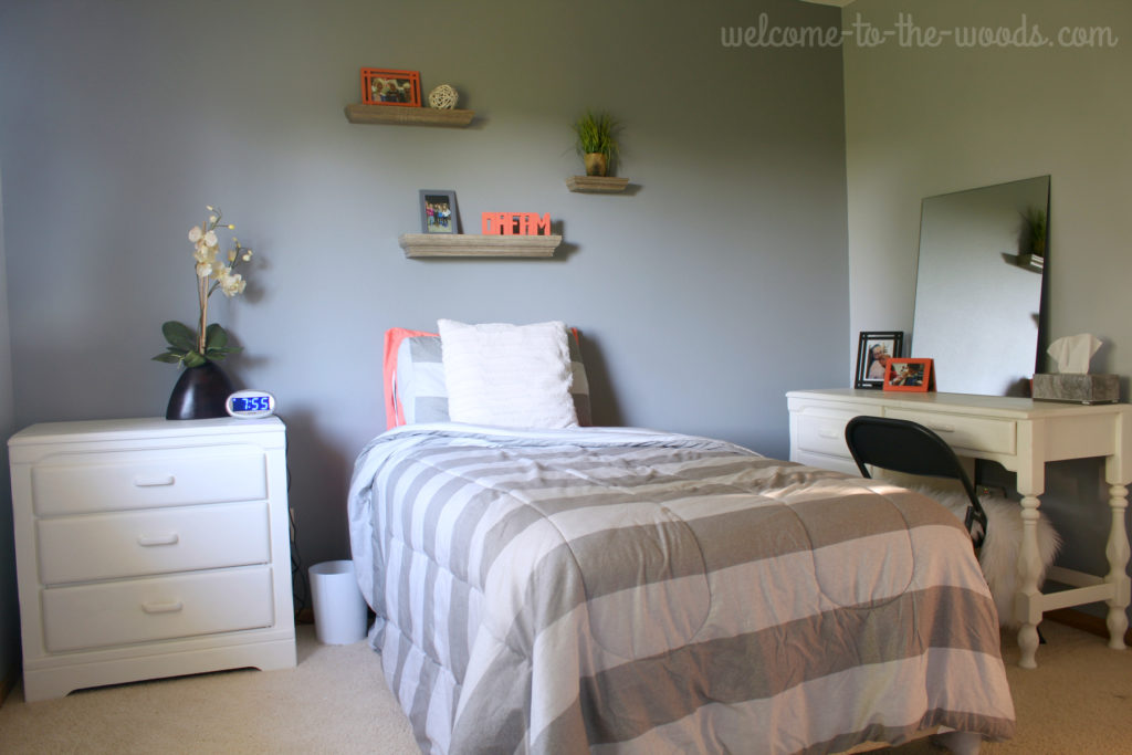 Gray and coral bedroom design for a teenager