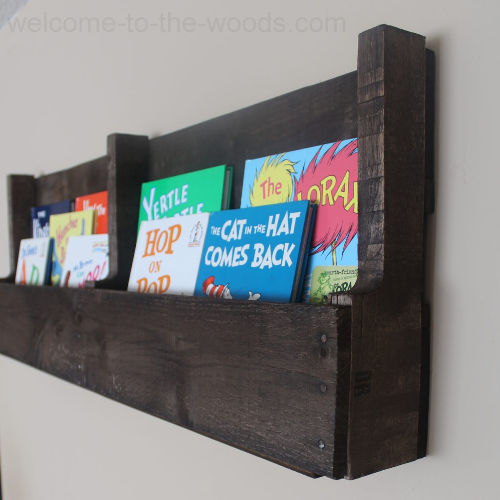 This pallet wood bookshelf is so simply to put together you won't believe it!