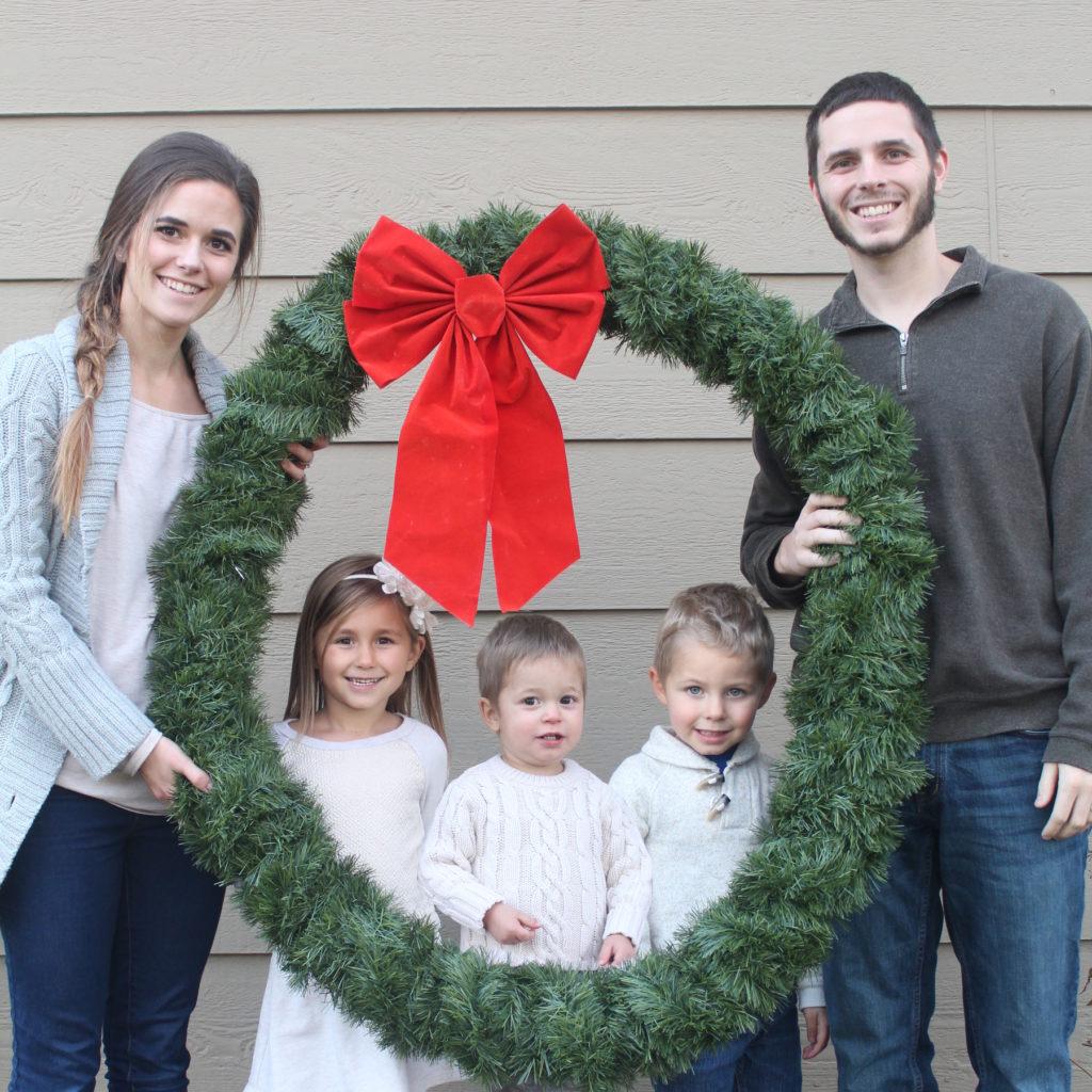 Make a GIANT wreath Christmas photo prop! Easy tutorial when you click.