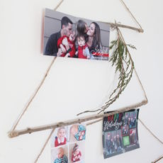 Hang your Christmas cards in a clever way with this Merry Mail tree